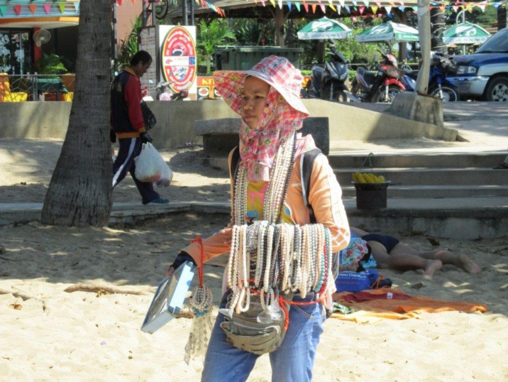 Тайка, торгующая на городском пляже