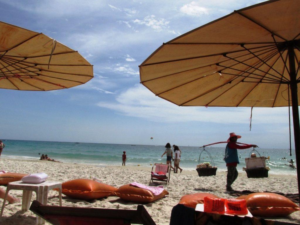 На пляже регулярно появляются тайцы, предлагающие еду, предметы одежды и сувениры