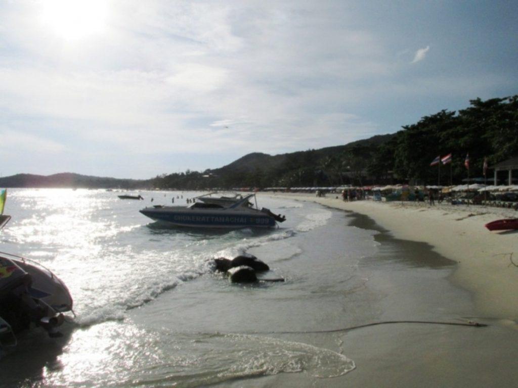 Пляж Ко Самет. Это не вечер, просто фото сделано против солнца